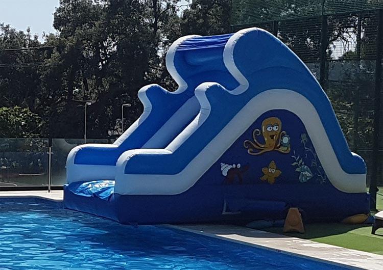 Tobogán hinchable piscina